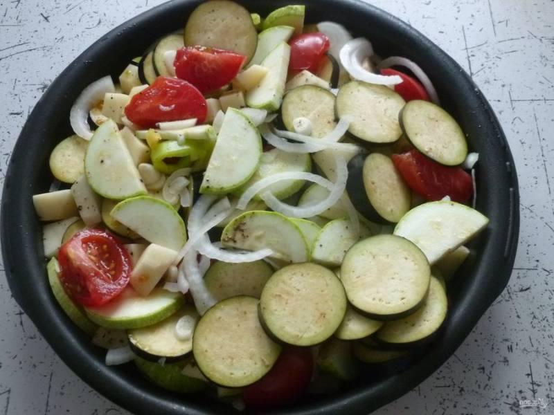 Возьмите большую форму для запекания, выложите подготовленные овощи, приправьте солью и перцем по вкусу. Добавьте орегано и перемешайте.