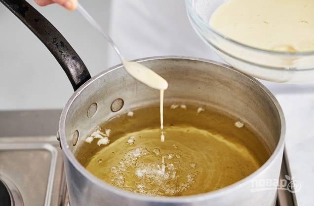 4. Разогрейте масло для жарки в большом сотейнике так, чтобы кляр мгновенно зажарился.