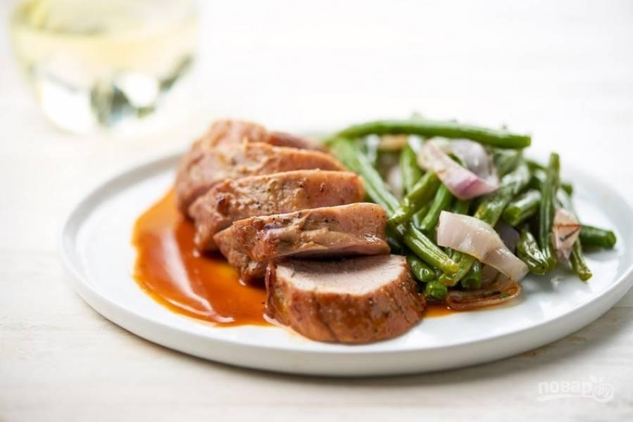 6. Готовую вырезку нарежьте. Рядом выложите овощи, а с другой стороны соус. Приятного аппетита!