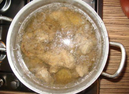 Выкладываем мясо в кастрюлю (6-литровая), заливаем его холодной водой, и ставим кастрюлю на самый слабый огонь. Примерно через 30-40 минут вода начнет потихоньку закипать, для того чтобы наш бульон получился прозрачным, нужно первые 1,5-2 часа очень тщательно снимать образующийся от мяса шум, не поднимая осадок со дна. Варим мясо примерно 3,5-4 часа в зависимости от того, насколько у вас молодая баранина.