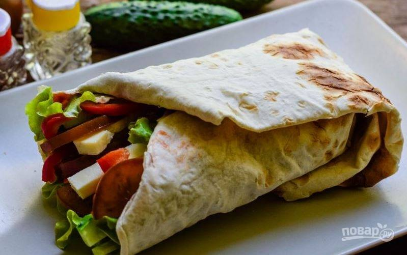 Заверните салат в лаваш и подавайте к столу. Делать это нужно сразу, чтобы лаваш не размок от соуса и соков овощей.