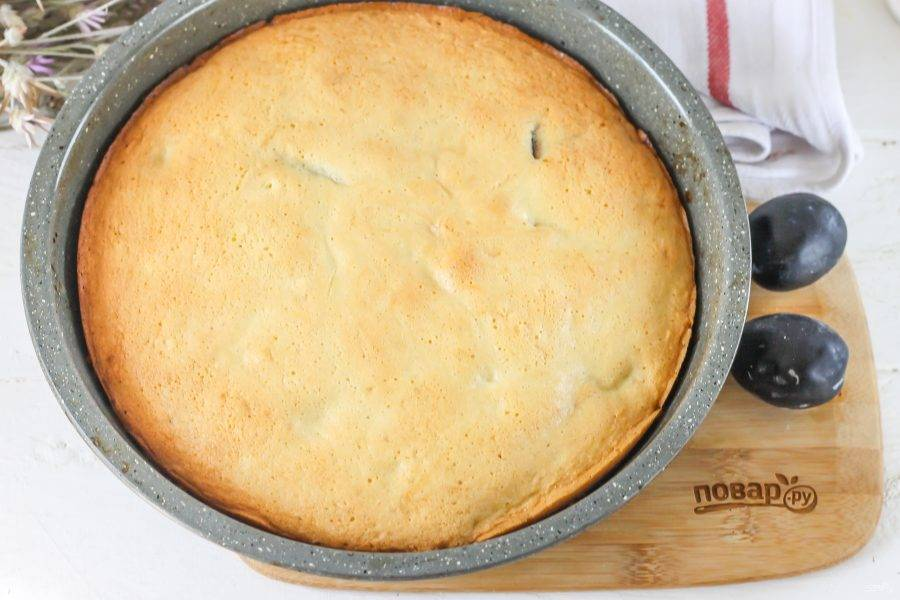Испеките пирог до румяности и выключите нагрев. По возможности переверните форму с пирогом дном вверх, извлекая ее из духовки, и остудите в таком виде, поместив на досочку, чтобы пирог не осел.