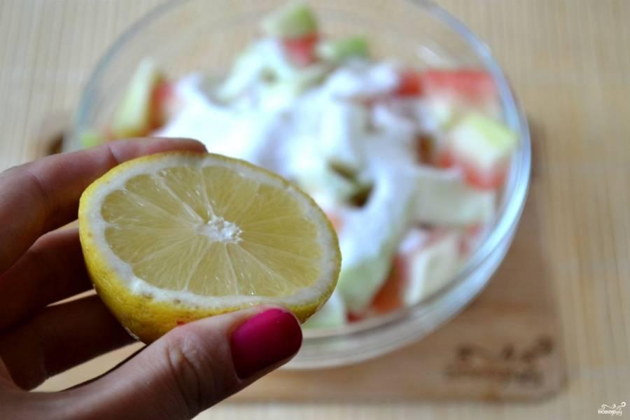 Засыпьте арбузные корки сахаром, сбрызните соком половины лимона. Перемешайте и оставьте на 1-1,5 часа. За это время корки размягчатся, выделится сок.