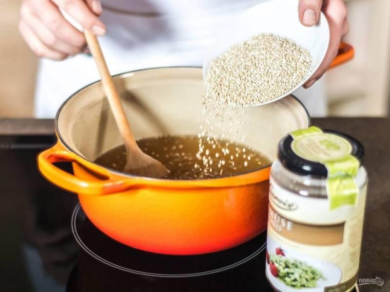 Отварите киноа в овощном бульоне до готовности. Смотрите инструкцию на упаковке крупы.