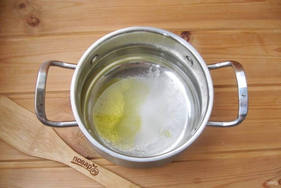Сделайте маринад для перца. В кастрюлю налейте воду. Добавьте соль, сахар и мёд.