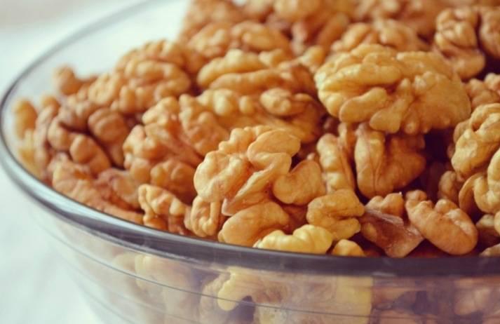 Для начала выбираем правильные грецкие орехи, они должны быть светлыми и свежими.