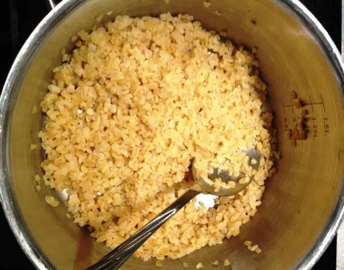Пока тушится курица, варим рис.  Готовую курицу карри с рисом подаем с пылу с жару. Приятного аппетита!