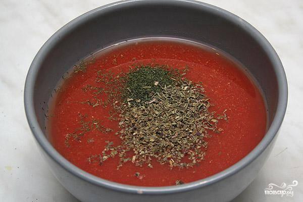 Готовим соус. Смешиваем томатный соус, выдавленный чеснок и специи.