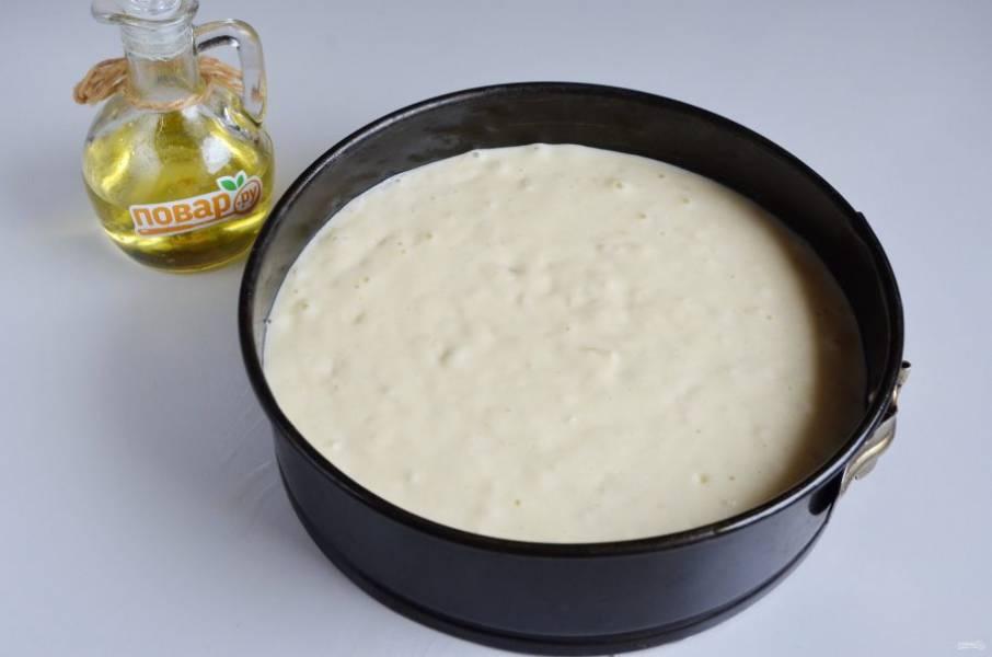 6. Форму застелите пергаментом, смажьте растительным маслом, перелейте тесто. Отправьте его в горячую духовку (180 градусов) примерно на час. Проверяйте на готовность лучиной.