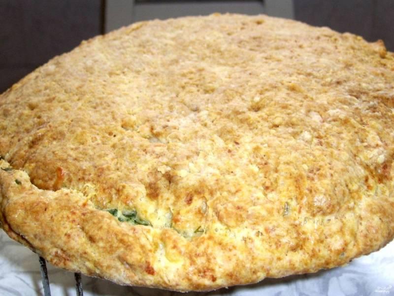 Когда хачапури достаточно подрумянится и появится характерный аромат, можете доставать из духовки.  Готовое хачапури с творогом и сыром в духовке подавайте, порезав на кусочки. Очень вкусно со сметаной. Приятного аппетита!