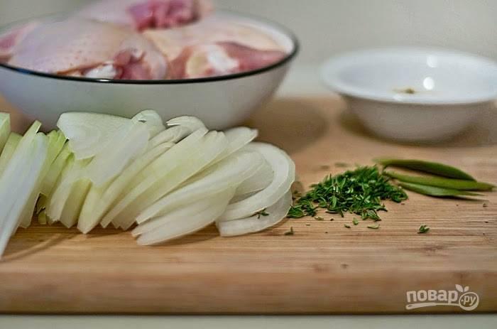 Потом курицу удалите, а вместо неё выложите лук полукольцами. Помешивая, обжарьте его в течение 3-х минут. Затем всыпьте мелко нашинкованный чеснок. Готовьте ещё 30 секунд. Далее добавьте горчицу, перец, соль, тимьян и лавровый лист.