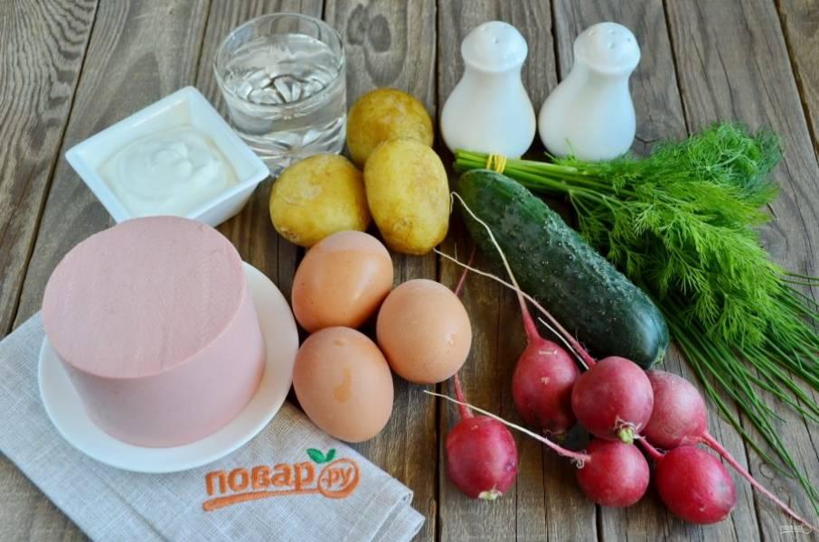 Подготовьте продукты для окрошки. В качестве заливки я буду использовать столовую газированную воду и сметану. Можно добавить горчицы по вкусу или красного перца для остроты, но это по желанию. Итак, отварите для окрошки картофель и яйца, остудите, очистите. Овощи тщательно вымойте, обрежьте хвостики.
