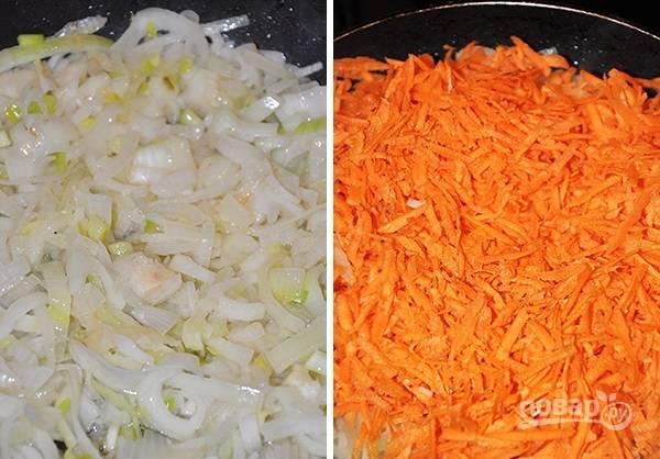 2. На сковороде с небольшим количеством масла обжарьте лук до прозрачности, после добавьте морковь и жарьте еще минуты 3, помешивая.