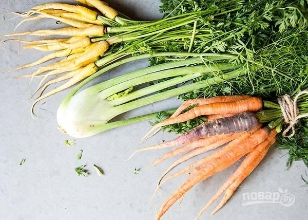 1. Вымойте и обсушите овощи. Удалите зелень с моркови (можно не до конца срезать).
