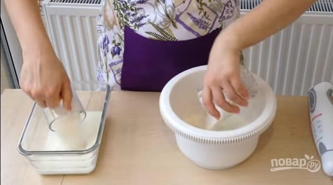 2.Сахар (так же, как и молоко) разделите на 2 части, добавьте в равных количествах в две емкости.