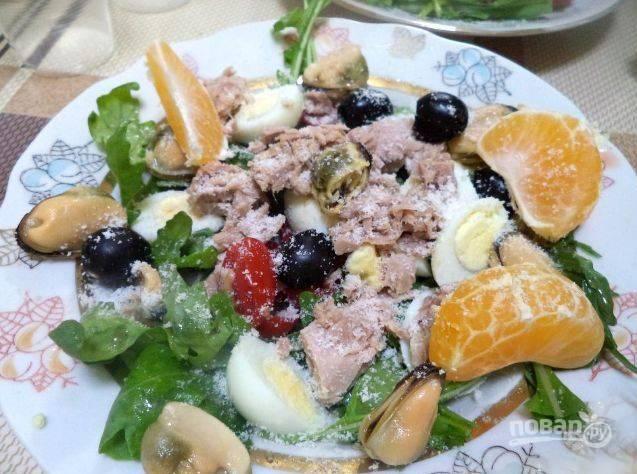 Перед подачей посыпьте салат тертым пармезаном и украсьте дольками очищенных мандаринов. Приятного аппетита!