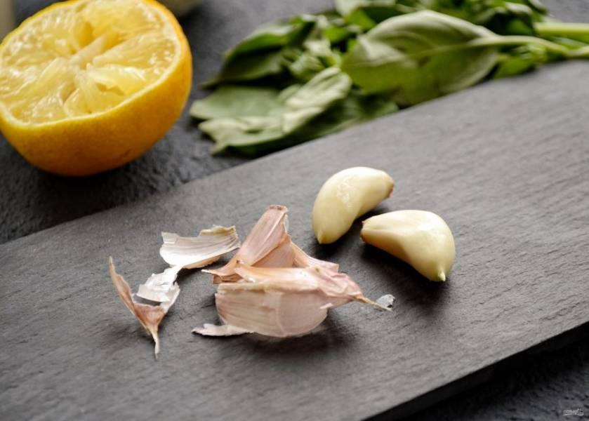 Очистите чеснок, порежьте на крупные кусочки, чтобы было проще измельчать в блендере.
