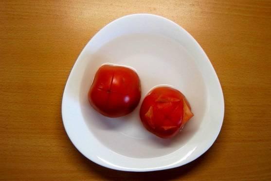 4. 2 крупных или 3 средних помидора отправьте в кипяток на 1-2 минуты, предварительно сделав небольшие надрезы. Затем охладите и очистите их от кожицы.