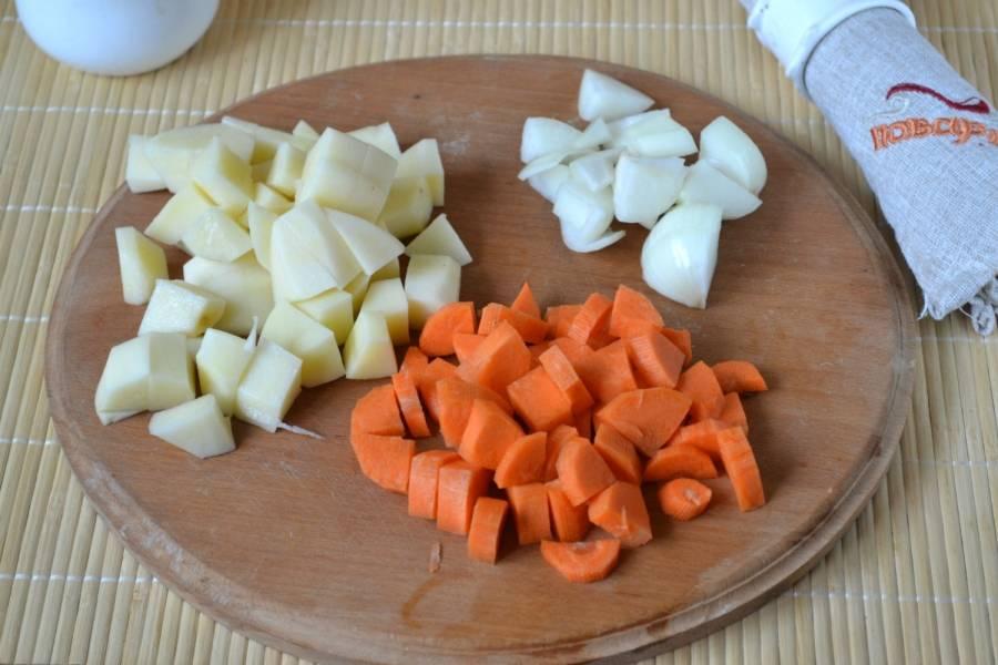 Порежьте картофель, морковь и лук небольшими кусочками. Морковь я всегда режу достаточно крупно, мне нравится, когда она хорошо чувствуется в готовом блюде. Кроме того, блюдо в итоге выглядит очень ярко и празднично. Отправьте овощи в чашу мультиварки, добавьте подсолнечное масло, включите режим обжарки и готовьте 15 минут.