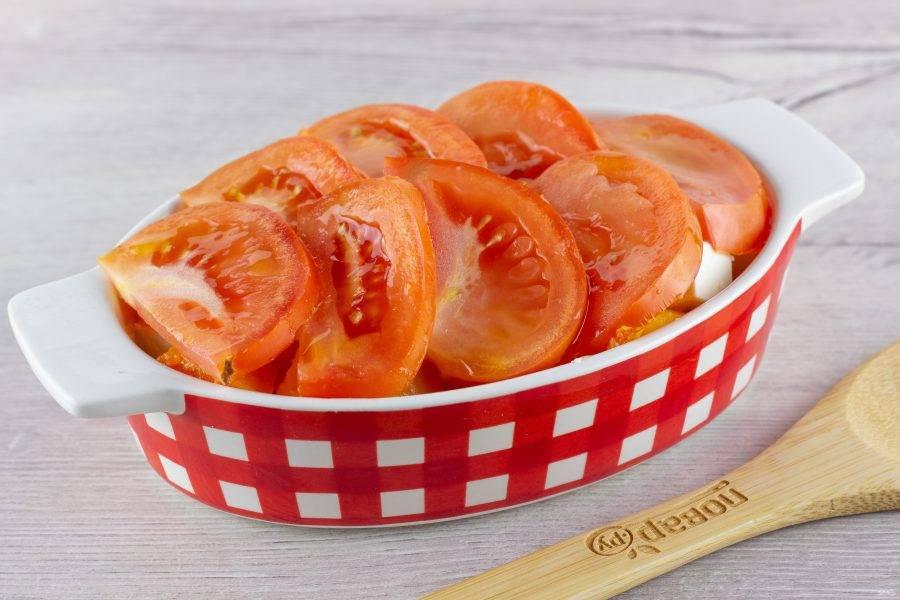 Помидор помойте, нарежьте полукольцами и выложите последним своем на тыкву. Сбрызните оливковым маслом и поставьте запекаться при температуре 200 градусов на 25-30 минут.
