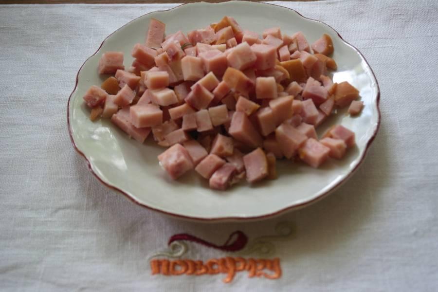 У меня была копченая корейка. Можно взять любой вид мяса готового (даже просто отварное мясо). Его измельчить.