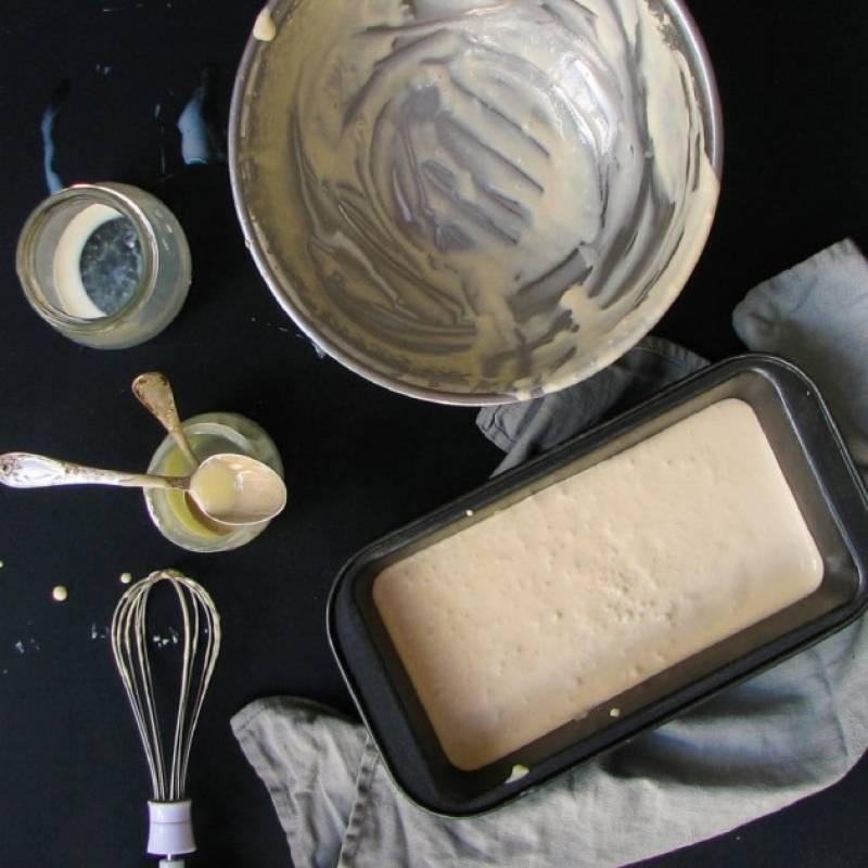 Перелейте получившуюся массу в контейнер и поставьте в в морозильную камеру на 6–12 часов.
