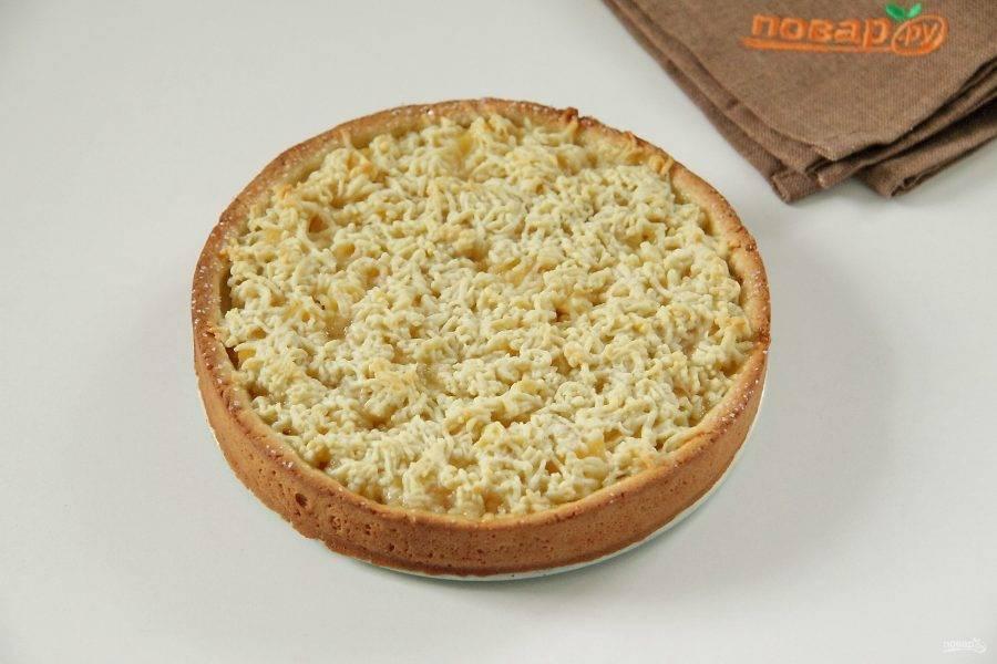 Песочный пирог с айвой готов. Немного остудите его, после чего аккуратно извлеките из формы и подавайте к столу.