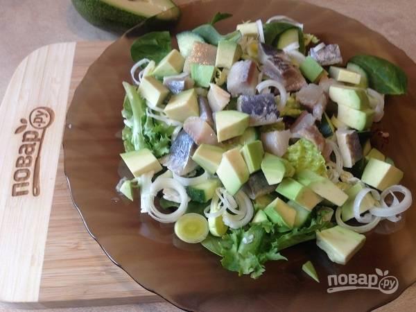 4. Очистим авокадо, нарезаем на кусочки (примерно такие же, как огурцы и селедка).