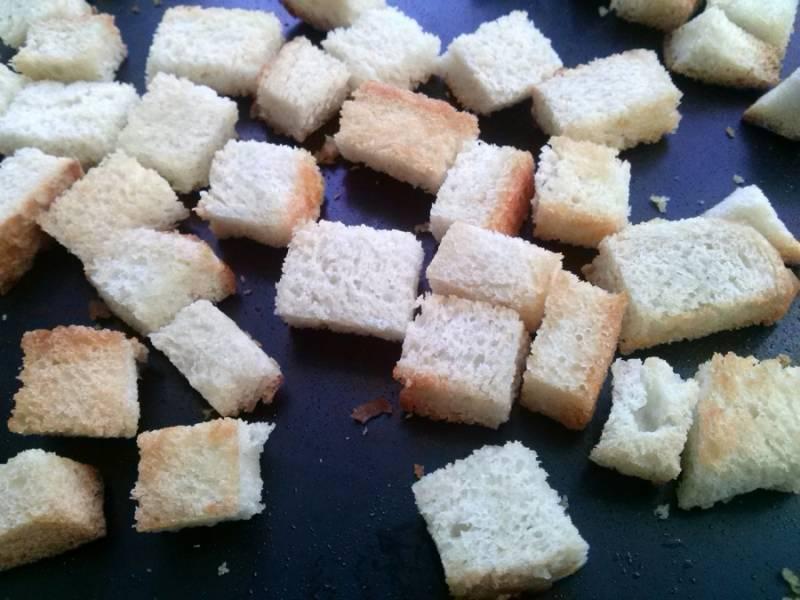 Филе курицы заверните в фольгу и запеките в духовке, после этого порежьте его на кусочки. Крутоны: порежьте хлеб (багет) на кубики в 1 см., перемешайте с 4 ст. л. оливкового масла, 1/2 ч.л. соли и 1 ч.л. молотого перца. Разложите на противне и запекайте при 200°С в течение 15 минут до золотистого цвета.
