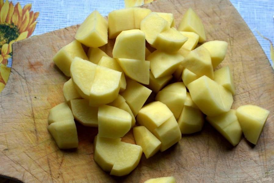 В бульон опустите картошку, нарезанную крупными кубиками. После закипания снимите пену и добавьте подготовленную фасоль.
