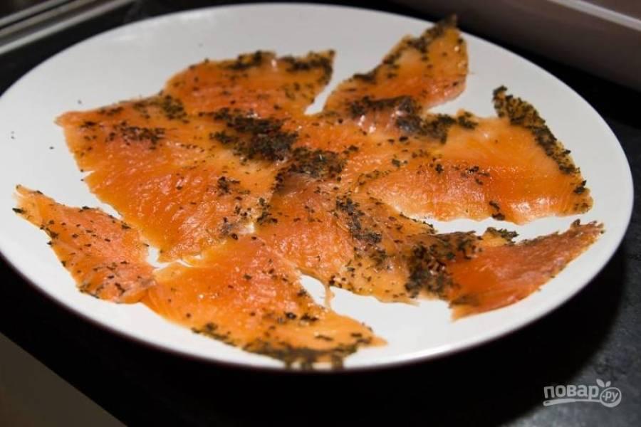 3.Нерку нарежьте тонкими пластинками и выложите на тарелку. Я брал копченую рыбку с приправами, но можно без них.