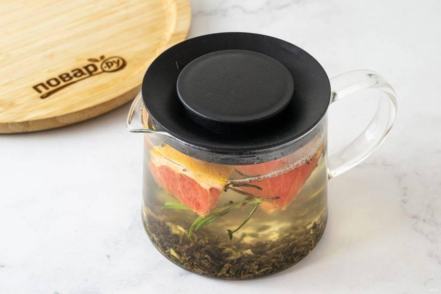 Влейте кипяток. Оставьте чай завариваться на 5-10 минут.