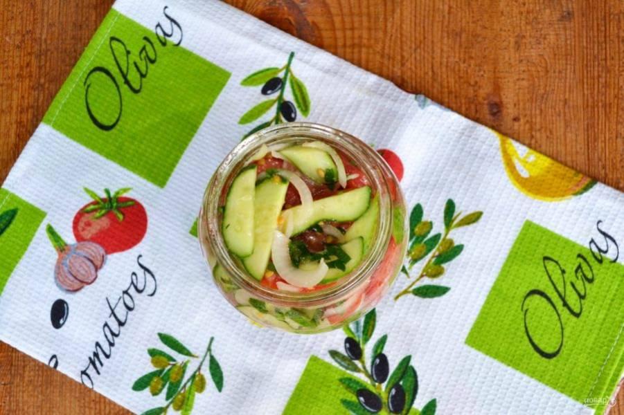 Очень важный нюанс - салат нужно плотно уложить в заранее простерилизованную баночку, каждый раз прижимая ложкой.