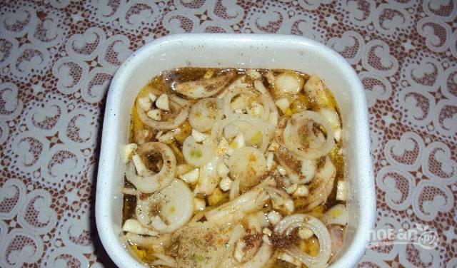 Для маринада смешайте уксус, соевый соус и масло. Полейте им селедку. Накройте крышкой и поставьте в холод на 1,5-2 часа.