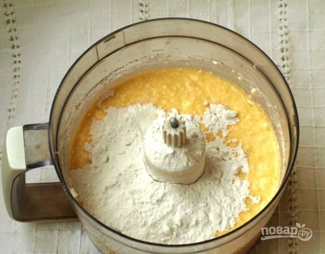 Теперь займитесь начинкой. В кухонном комбайне на низкой скорости взбейте сметану с яйцами, творогом и сахаром. Затем добавьте муку и ванильный сахар. Массу перемешайте.