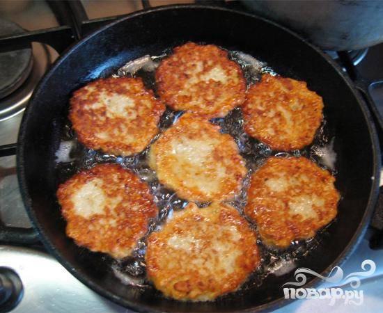 6.Драники должны прожариться равномерно с двух сторон. Когда драники обжарятся, выкладываем их в тарелку. Очень хорошо добавить к ним немного сметаны.