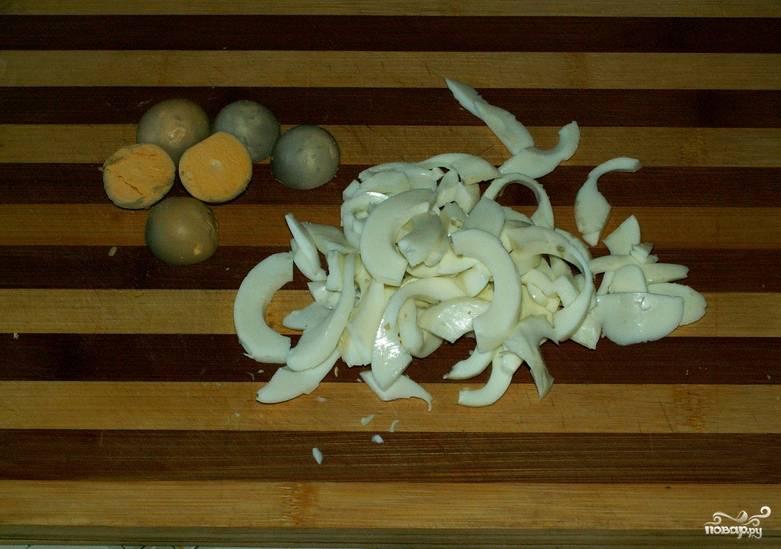 Яйца отварите вкрутую. Разомните вилкой желтки, белки нарежьте соломкой.