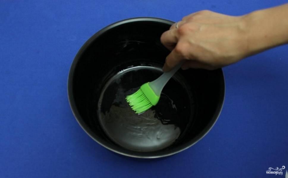 Смажьте чашу мультиварки растительным маслом. Удобно делать это при помощи специальной силиконовой кисточки.