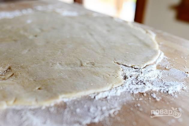 5. Раскатайте тесто в тонкий лист, поместите в форму для выпекания.
