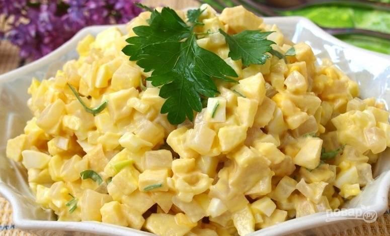 Перед подачей обязательно украсьте салат зелеными листьями свежей петрушки или любой другой зелени. Приятного аппетита!
