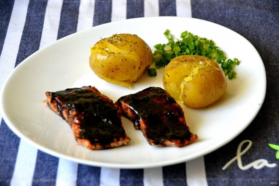 """Подавайте рыбу с любым гарниром, например, с отварным, а затем подпеченным картофелем """"в мундире"""", политым оливковым маслом, посыпанным крупной морской солью и розмарином. Получится очень необычно и вкусно!"""