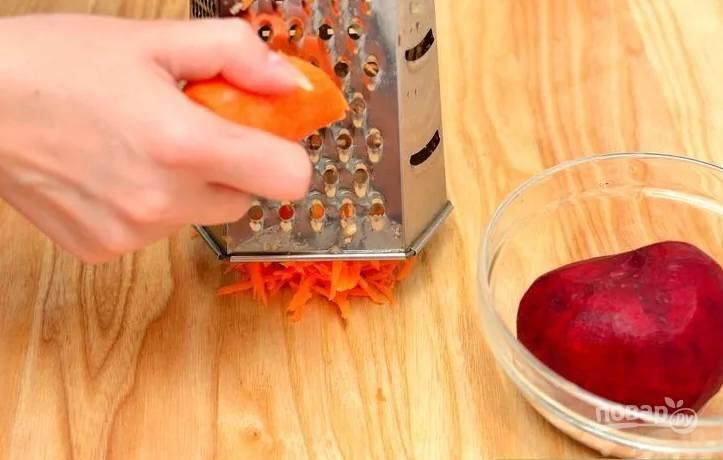 3.Свеклу разрезаю на половинки, затем также измельчаю на терке, за ней натираю морковь.