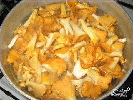 3.Для маринада на 1 литр воды кладем 5 столовых ложек соли, 2 ложки сахара, уксус и доводим до кипения на среднем огне. Готовые грибы откидываем на дуршлаг и промываем холодной водой. Перекладываем грибы в горячий маринад и варим еще 15-20 минут. Готовые грибы кушаем сразу или закатываем в заранее стерилизованные банки.