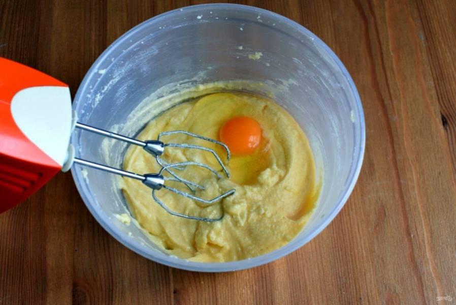 По одному вбейте яйца, тщательно взбивая массу после каждого.