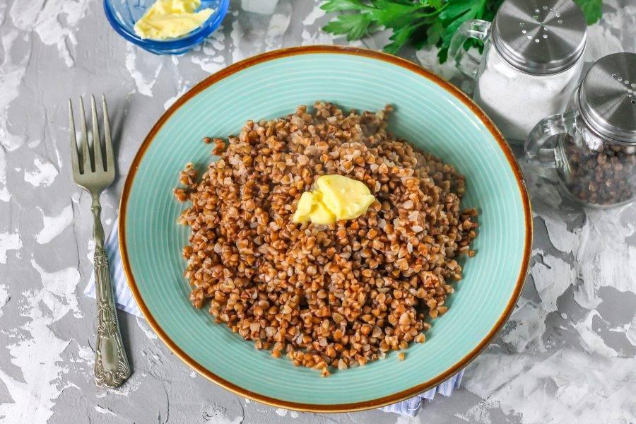 Выложите кашу в тарелки и сдобрите сливочным маслом. По желанию, можно заменить его свиным или гусиным смальцем, соусом. Подавайте к столу теплой. Приятного аппетита!