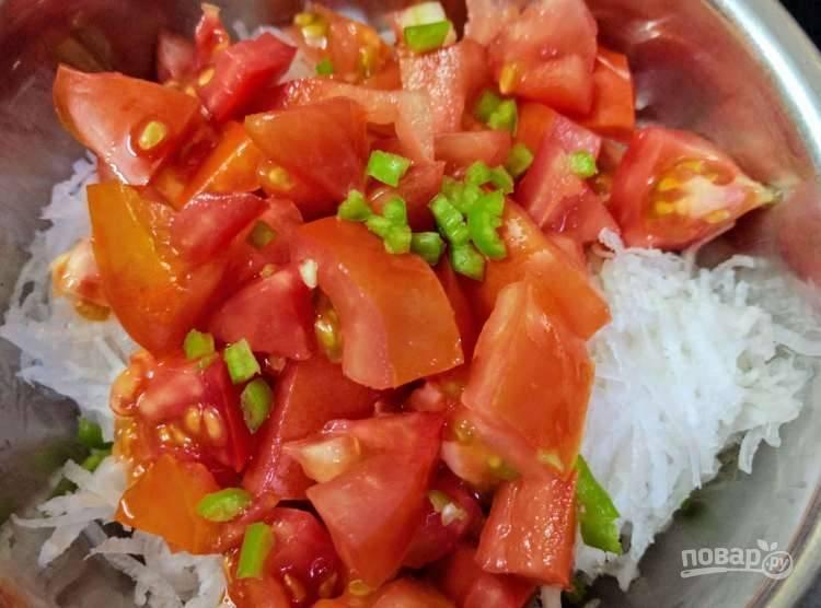 3.Зеленый перец мою и разрезаю на две части, вычищаю семена и нарезаю очень мелко, отправляю перец к остальным продуктам, по вкусу солю.