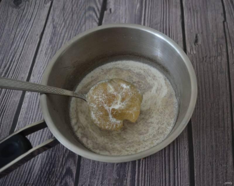 Выложите в нагретые сливки желатин и хорошо размешайте, чтобы не было комочков.