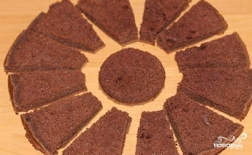 Оставшийся корж можно оставить целым, а можно разрезать вот так и выложить сверху торта.
