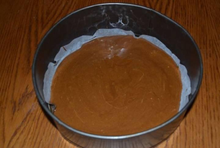 Застилаем разъемную форму бумагой для выпечки, выливаем в нее тесто. Выпекаем бисквит в духовке 20 минут, температура — 190 градусов.