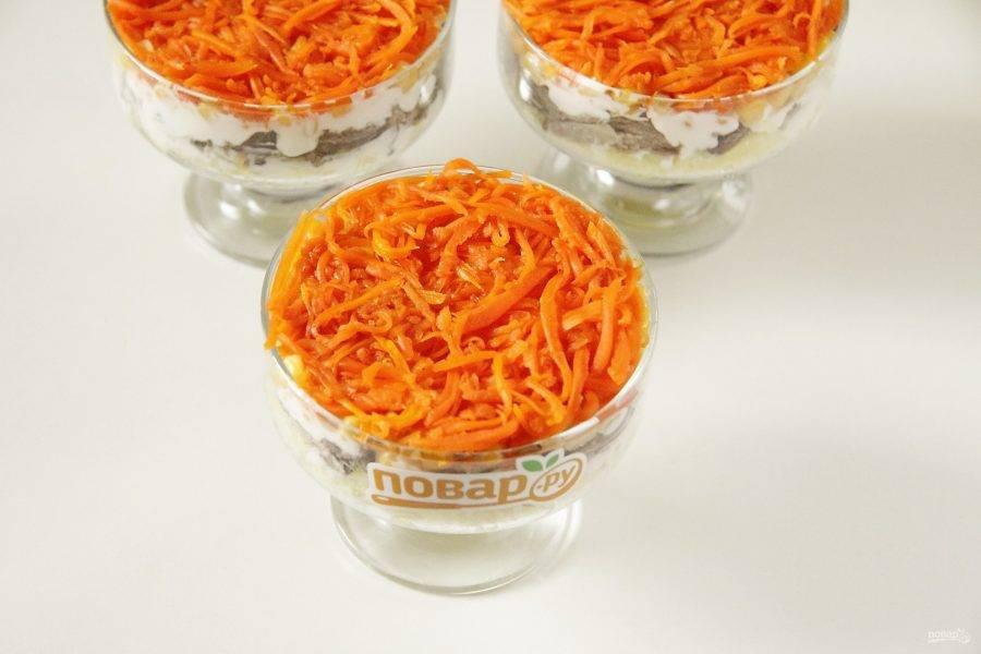 Затем идет слой моркови.